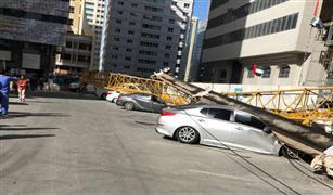 بالفيديو سقوط رافعة علي  تجمع سيارات في ابو ظبي