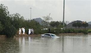 شاهد بالفيديو.. السيول تجرف السيارات بالسعودية