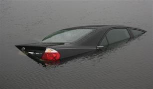 كيف تتعامل بسيارتك مع برك الأمطار الغزيرة؟.. خبير يجيب