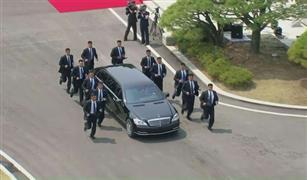بالفيديو.. حرس زعيم كوريا الشمالية لا يركبون السيارات اثناء  مقابلته التاريخية مع رئيس كوريا  الجنوبية !