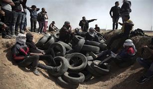 بالفيديو والصور (اطارات السيارات) سلاح الفلسطينيين في مواجهة قناصة اسرائيل