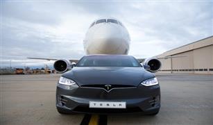 بالفيديو..  سيارة كهربائية تدخل موسوعة جينيس بعد سحب  طائرة عملاقة
