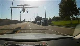 شاهد.. كاميرا سيارة ترصد لحظة هبوط طائرة علي الطريق العام
