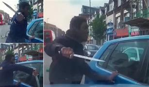 شاهد.. صاحب دراجة يهاجم سائق سيارة بسكين في وسط الطريق| فيديو
