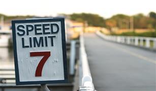الحد من سرعة السيارات على الطرق القديمة بسبب الحر