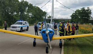 طائرة صغيرة تهبط اضطراريا على طريق مزدحم في شيكاغو