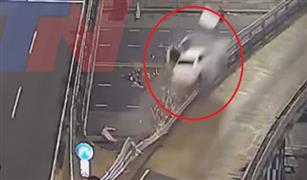 بالفيديو.. سيارة تصطدم بحاجر على سرعة 170 كم وتسقط من فوق الكوبري