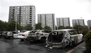 ملثمون يحرقون نحو 100 سيارة في جميع أنحاء السويد بالصور