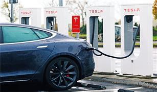 رئيس تيسلا للسيارات الكهربائية يفكر في شراء جميع أسهم الشركة