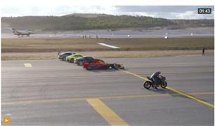 دراجة نارية تتفوق على طائرة مقاتلة وسيارة سباقات | فيديو