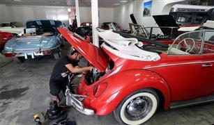 شاهد.. فن إعادة تأهيل السيارات الكلاسيكية في دبي| صور