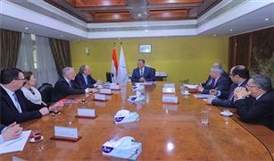 وزير النقل يلتقي وفد شركتي  ( يورو جيت   ، و هاباج لويد ) لبحث التعاون في النقل البحري
