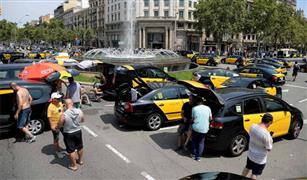 سائقو سيارات الأجرة المضربين عن العمل يغلقون طريقا رئيسيا في مدريد لعدة ساعات