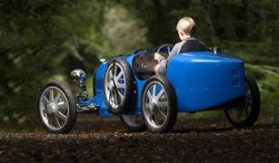 بوجاتي تحتفل بمرور 110 أعوام على إنشائها بنماذج مصغرة من سياراتها القديمة