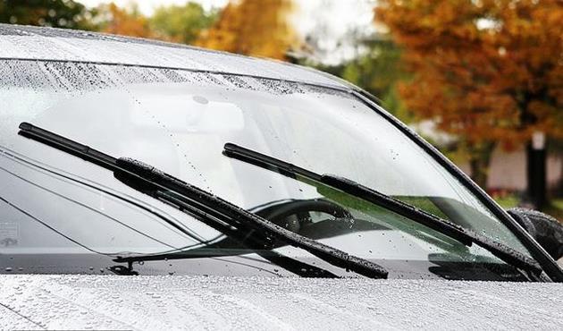عبد الصمد: سائل جديد يمنع تراكم الأمطار على زجاج السيارة