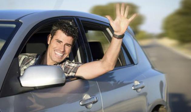 ما لم تتعلمينه في مدرسة القيادة.. شفرات الإشارة بين قائدي السيارات في مصر
