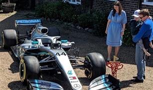 هاميلتون يهدي طفل يصارع السرطان سيارة مرسيدس