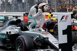 هاميلتون يهدي انطلاقه من المركز الأول في سباق فورمولا-1 بموناكو إلى الراحل لاودا