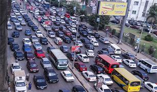 كثافات مرورية عالية واعطال سيارات بعدد من محاور القاهرة .