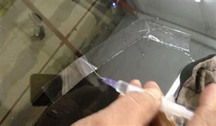 شاهد بالفيديو.. طريقة إصلاح شروخ زجاج السيارة بالليزر.. ونصيحة لإعادته كالجديد