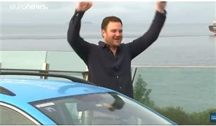 استغرقت 3 سنوات.. مغامر هولندي يقطع أطول رحلة بسيارة كهربائية| فيديو