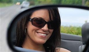 تريد نظارة شمسية مناسبة لقيادة السيارة.. إليك مواصفاتها