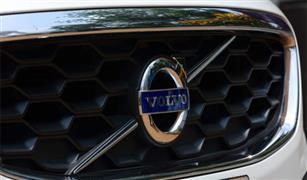 فولفو السويدية تستدعي نصف مليون سيارة لإصلاح عيوب بها