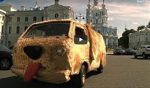 """سيارة فيلم """"غبي وأغبى"""" تجوب شوارع سان بطرسبرج في روسيا  فيديو"""