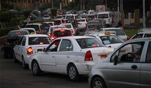 كثافات متوسطة للسيارات على محاور القاهرة اليوم.