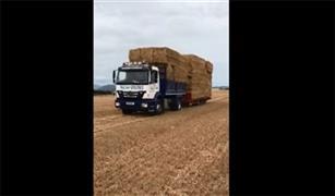 شاهد ماذا فعلت الحمولة الزائدة بقائد شاحنة على الطريق  فيديو
