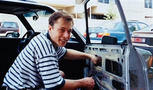 """هذه هي أول سيارة اشتراها الملياردير ماسك أول مدير لشركة """"تسلا"""""""
