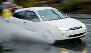 بكاميرا الموبايل.. خبير ينصح بإجراء مهم حال تعطل سيارتك في مياه الأمطار