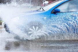 قبل موجة الأمطار الجديدة اعرف نصيحة مهمة لتفادي انزلاق عجلات السيارات بسبب المياه