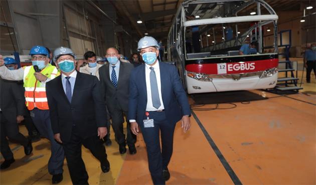 وزير النقل يستعرض خطوط انتاج النقل الجماعى  بمصنع جيوشي  لصناعة وسائل النقل بمدينة العاشر من رمضان