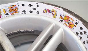 بورق الكوتشينة..  طريقة إصلاح التجريح في جنط إطار سيارتك | فيديو
