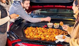 """دجاج مقلي ومشروبات غازية.. """"فورد"""" تحول سيارتها الكهربية الجديدة إلى مطبخ"""