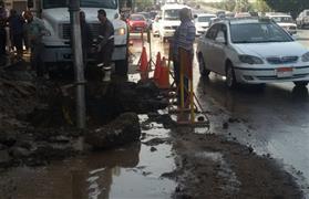 تكدس للسيارات بمصر الجديدة.. بسبب كسر ماسورة مياه