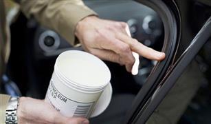 لماذا يقوم قادة السيارات في الصيف بدهان عجلة القيادة بالفيزيلين؟