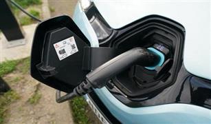 تجربة بريطانية: نشر كابلات شحن للسيارات الكهربائية على الطرق المزدحمة