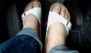 الشبشب.. هذه الأنواع من الأحذية تشكل خطرا على قادة السيارات