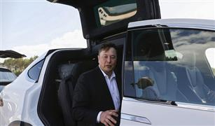 مالك شركة تسلا للسيارات الكهربائية يعد العالم بسيارة رخيصة الثمن