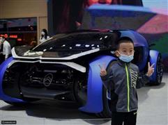 82 طرازا لاول مرة ..إقبال جماهيري كبير في الصين على أول معرض للسيارات فى ظل مخاوف الموجه الثامية لكورنا