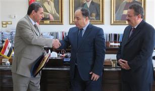وزير المالية يكرم رئيس مأمورية ضرائب الشركات المساهمة.. رفض رشوة كبيرة