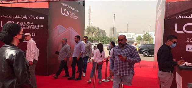 مع بداية انطلاقه إقبال من الجمهور على زيارة معرض الأهرام للنقل الخفيف |صور