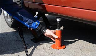 بالخطوات.. الطريقة الآمنة لاستخدام رافعة السيارة