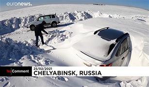 شاهد.. عاصفة تدفن عشرات السيارات تحت الثلوج في روسيا