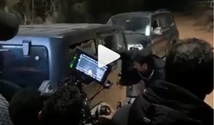 الممثل  أحمد العوضي يهشم زجاج سيارة جيب بيده.. شاهد الفيديو
