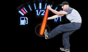 حيل مبتكرة لتخفيض إستهلاك البنزين في سيارتك إلى النصف